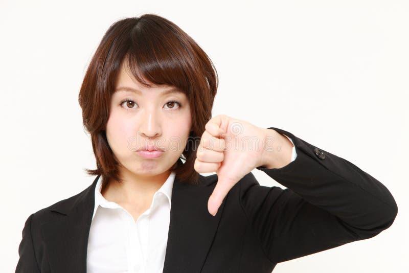 La donna di affari con i pollici giù gesture fotografie stock libere da diritti