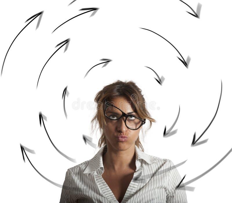 La donna di affari confusa ha vertigini concetto dello sforzo e del lavoro eccessivo immagini stock
