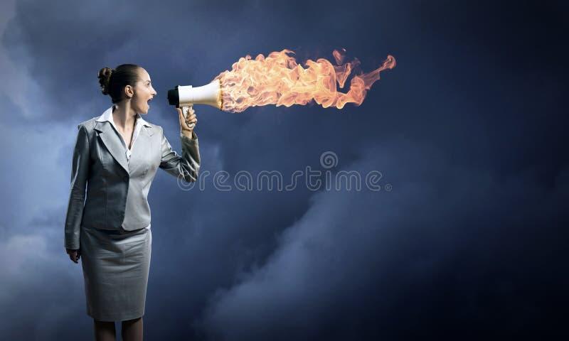 La donna di affari cucina gridare in un megafono fotografia stock