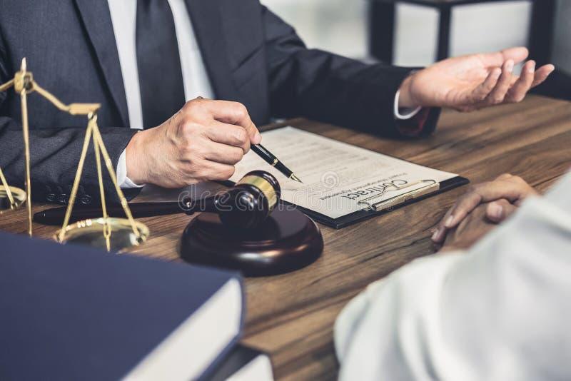 La donna di affari e l'avvocato o il giudice del maschio consultano avere riunione del gruppo con il cliente, il concetto di Serv fotografie stock libere da diritti