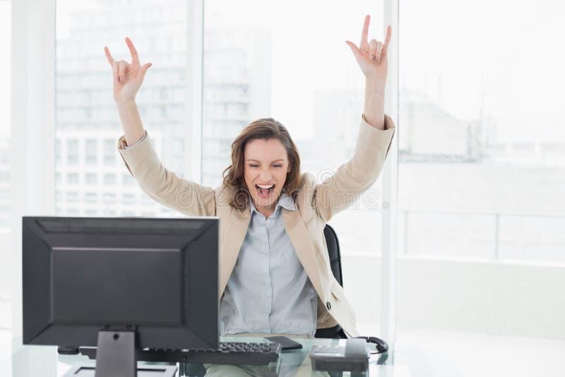 La donna di affari elegante che incoraggia con le mani si è alzata in ufficio fotografie stock