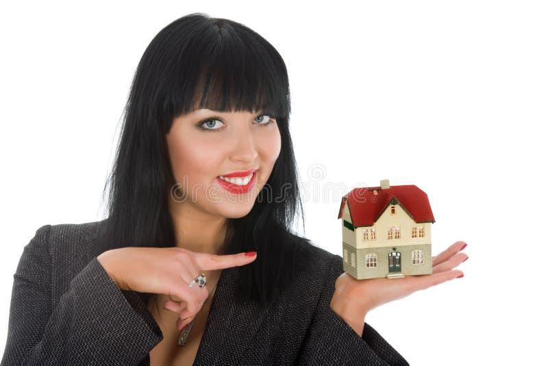 La donna di affari fa pubblicità al bene immobile fotografia stock libera da diritti