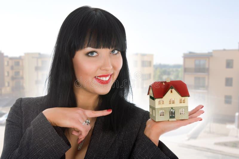La donna di affari fa pubblicità al bene immobile fotografia stock