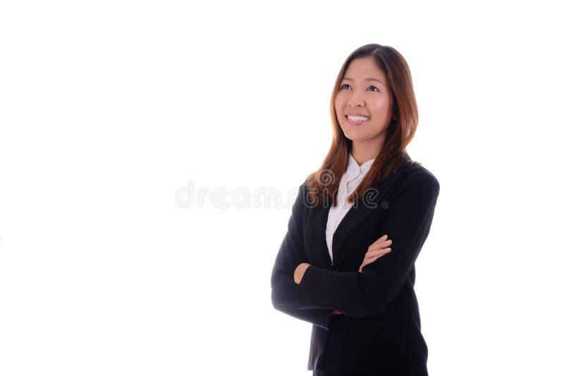 La donna di affari felice è sorridente e pensante sul fondo bianco fotografia stock libera da diritti
