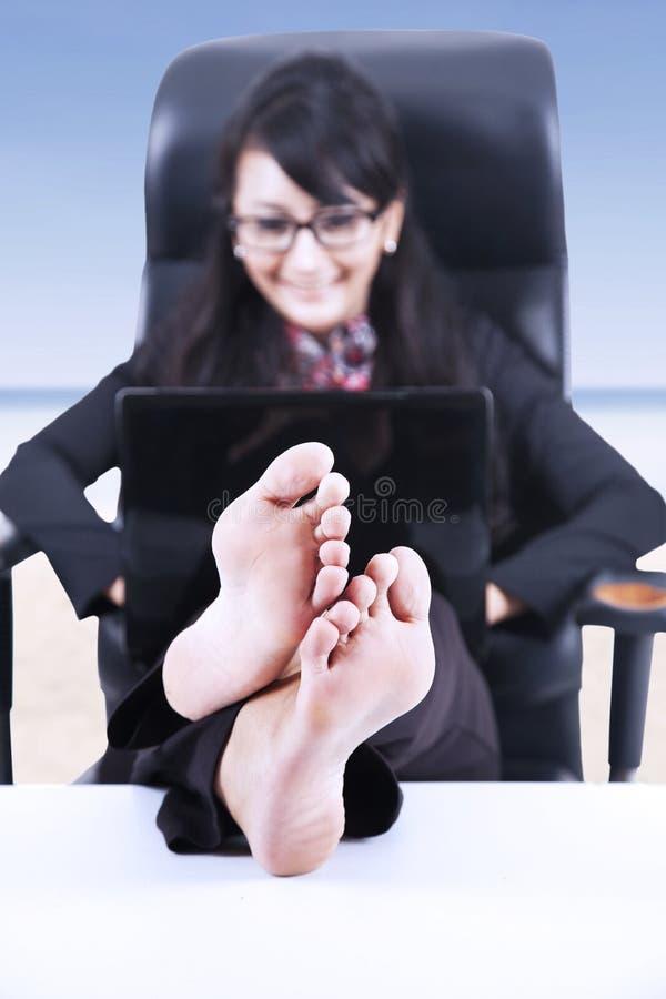 La donna di affari felice si rilassa alla spiaggia immagine stock