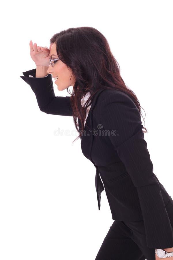 La donna di affari guarda lontano fotografia stock libera da diritti
