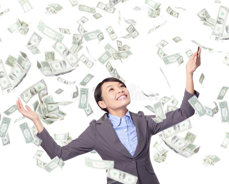 La donna di affari guarda su sotto la pioggia dei soldi fotografia stock libera da diritti