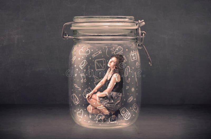 La donna di affari ha catturato in barattolo di vetro con le icone disegnate a mano di media immagine stock