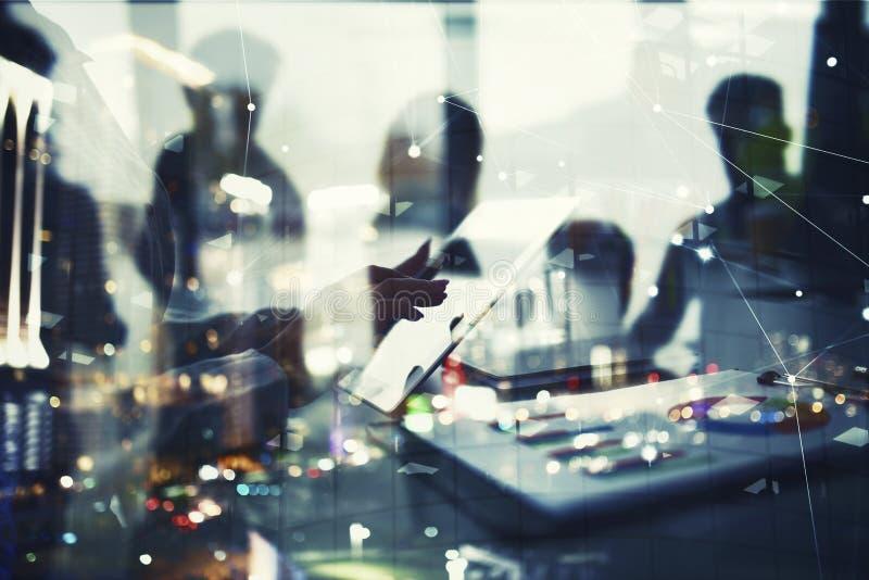 La donna di affari lavora in ufficio con una compressa Concetto di divisione di Internet e della partenza della società Doppia es fotografia stock