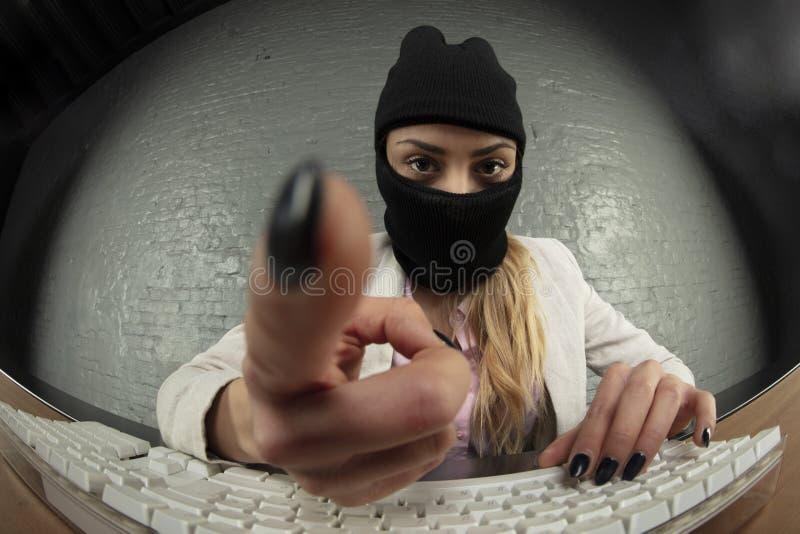 La donna di affari, mascherata, ruba i dati fotografia stock