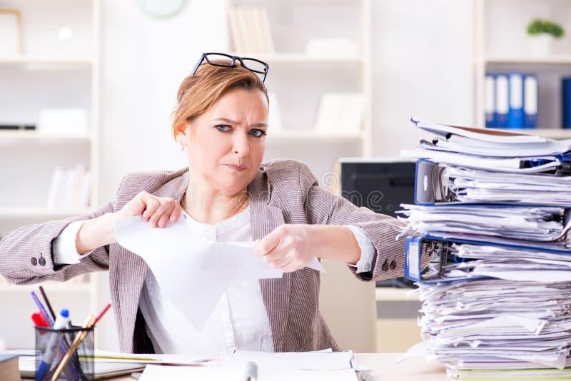 Download La Donna Di Affari Molto Occupata Con Lavoro Di Ufficio In Corso Fotografia Stock - Immagine di ufficio, scadenza: 117975686