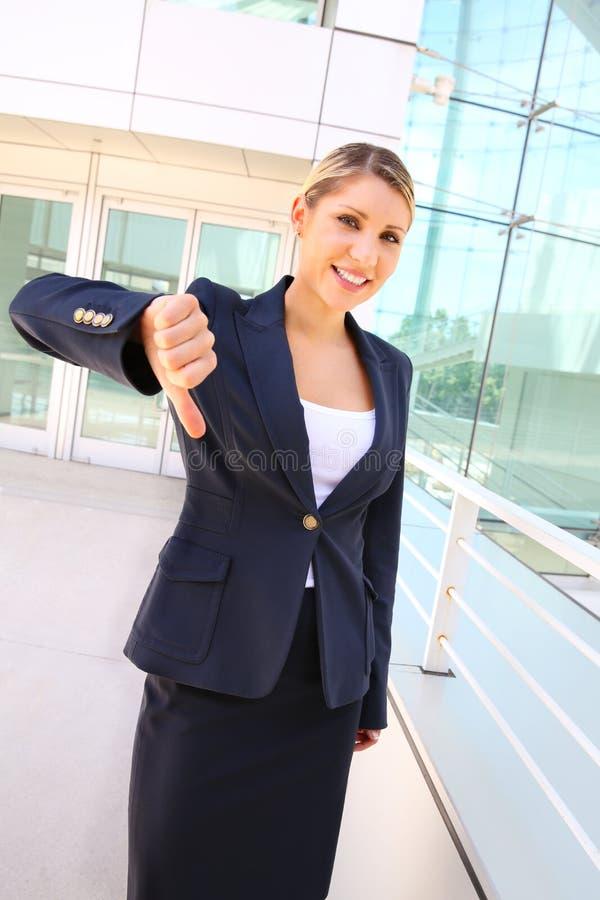La donna di affari mostra il pollice giù immagini stock