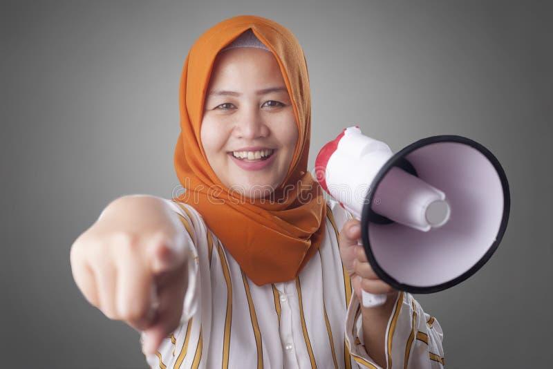 La donna di affari musulmana With Megaphone Pointing di andata, ci unisce concetto immagine stock