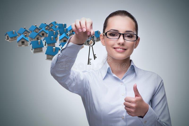 La donna di affari nel concetto di ipoteca di bene immobile fotografia stock