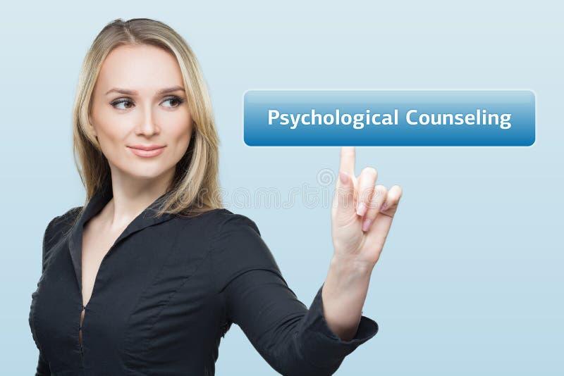 La donna di affari preme il consiglio psicologico del bottone sugli schermi virtuali Concetto di tecnologia, di Internet e della  fotografia stock libera da diritti