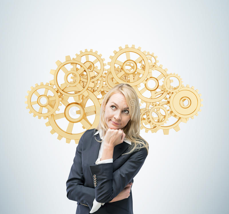 La donna di affari sta pensando all'ottimizzazione del processo aziendale Un concetto delle soluzioni della gestione di impresa immagini stock libere da diritti