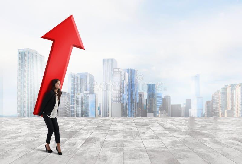 La donna di affari tiene una grande freccia Concetto di crescita e di successo di affari fotografia stock libera da diritti