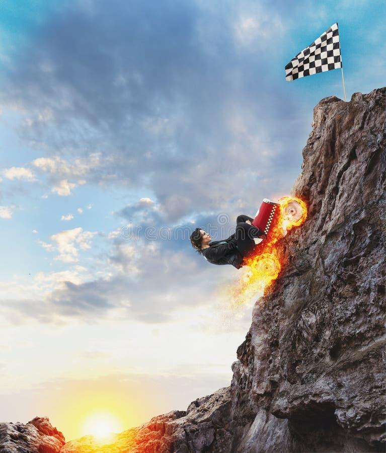 La donna di affari veloce con un'automobile scala una montagna per raggiungere la bandiera Concetto di successo e di concorrenza royalty illustrazione gratis