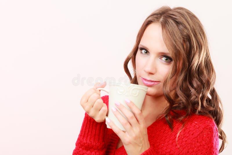 La donna di autunno tiene la tazza con la bevanda calda del caffè immagini stock