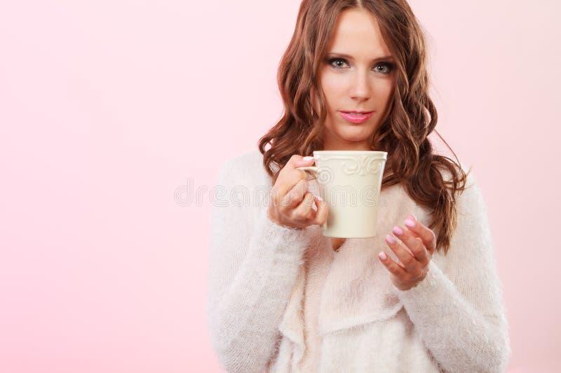 La donna di autunno tiene la tazza con la bevanda calda del caffè fotografia stock