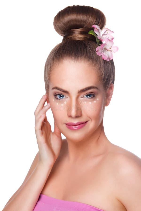 La donna di bellezza con il correttore punteggia ad area del undereye isolata fotografie stock libere da diritti