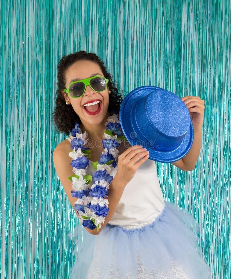 La donna di colore sta ballando con il cappello a disposizione Il brasiliano è f costumed fotografia stock libera da diritti