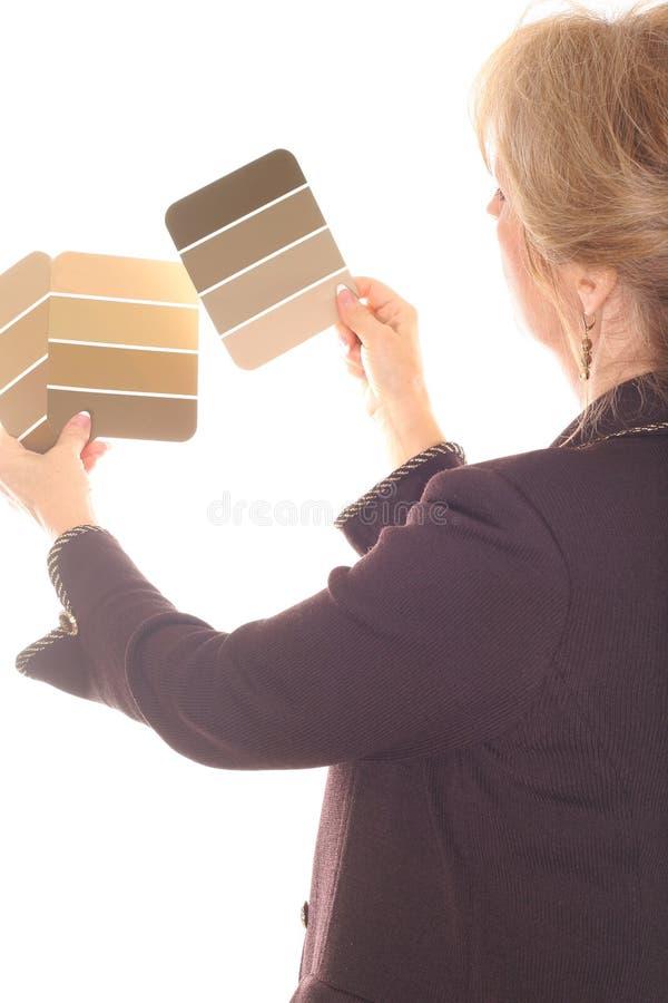 La donna di disegno interno con vernice prova il colore marrone fotografia stock libera da diritti