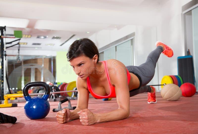 La donna di forma fisica di Crossfit spinge aumenta l'esercizio di piegamento sulle braccia fotografia stock