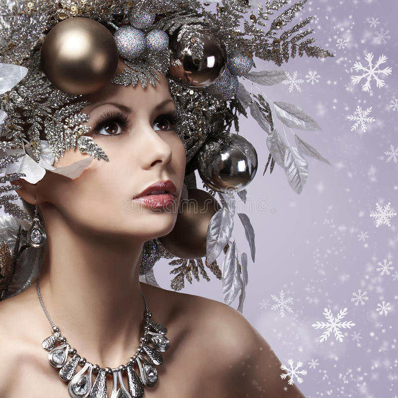 La donna di Natale con il nuovo anno ha decorato l'acconciatura. Regina della neve. P immagini stock libere da diritti