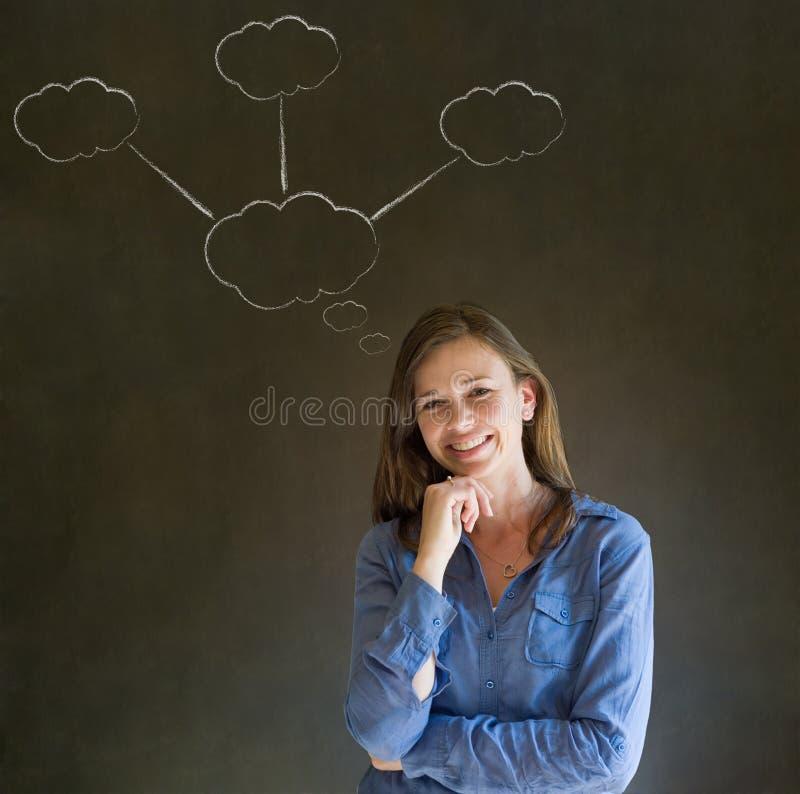 Donna di pensiero di affari con i pensieri della nuvola del gesso immagini stock libere da diritti