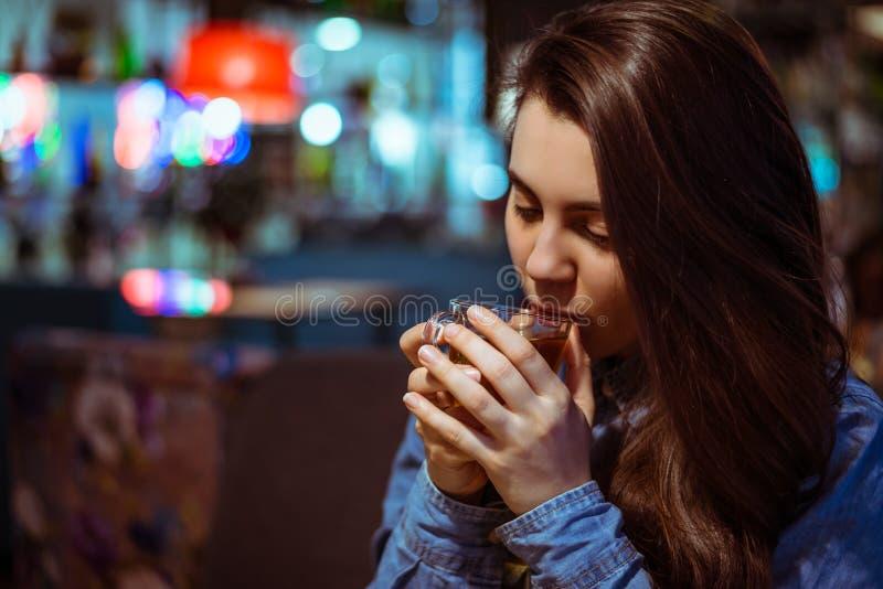 La donna di Yang beve il tè fotografia stock libera da diritti