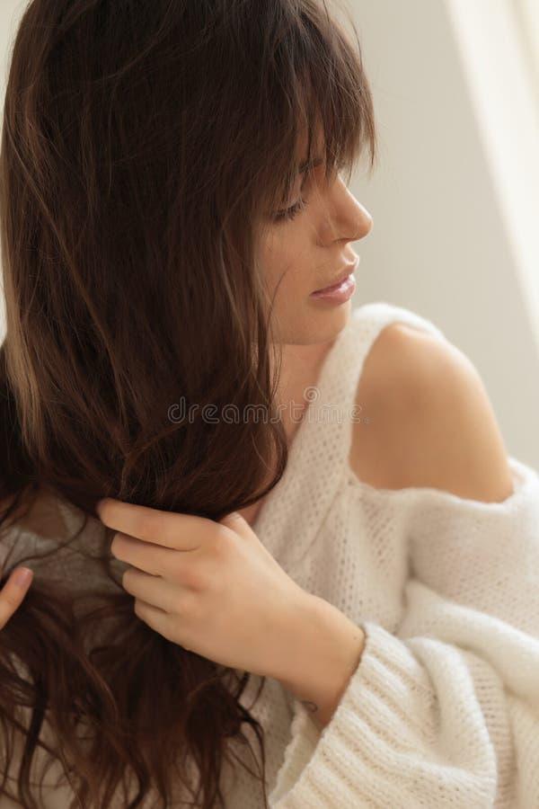 La donna districa i capelli immagini stock