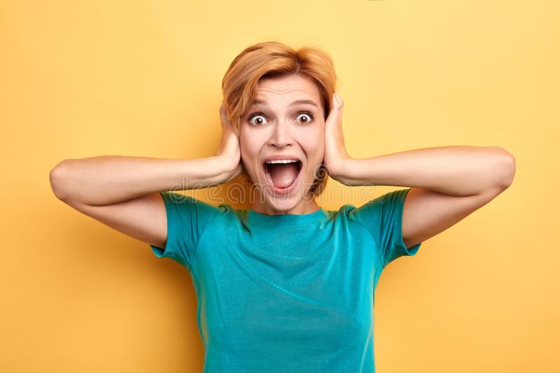 La donna divertente pazza non vuole ascoltare musica, sente il gossip immagini stock libere da diritti