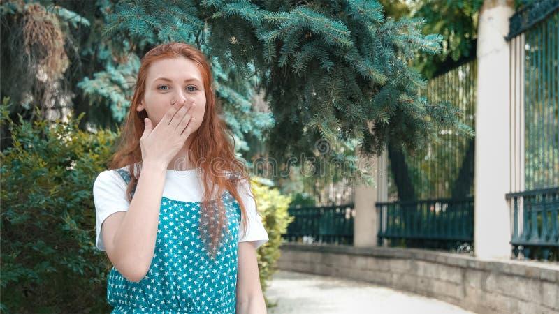 La donna divertente sveglia della testarossa ride dello scherzo fotografie stock