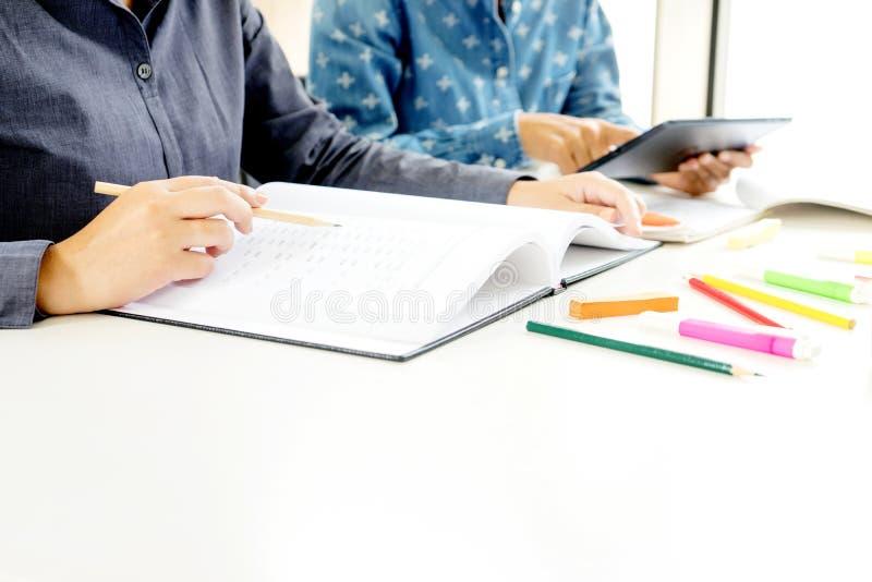 La donna due impara ed insegna all'istitutore dalla stanza di classe immagini stock libere da diritti