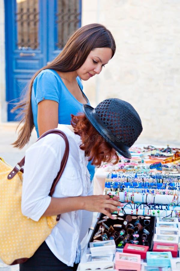 La donna due sta scegliendo i monili immagine stock