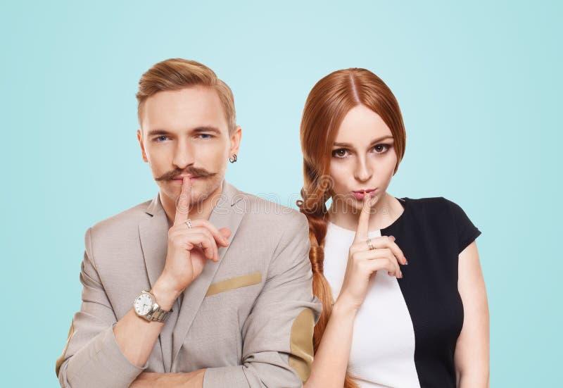 La donna e l'uomo, coppia tengono il segreto immagini stock libere da diritti
