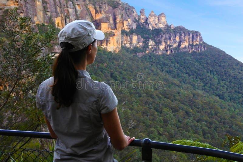 La donna esamina il paesaggio delle tre sorelle formazione rocciosa fotografia stock
