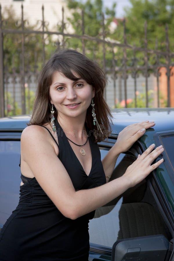 La donna in estate è circa l'automobile fotografie stock libere da diritti