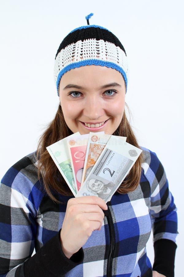 La donna estone sta tenendo i soldi estoni fotografia stock