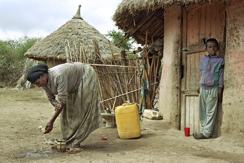 La donna etiopica ha lavato le sue armi per la povera casa fotografie stock
