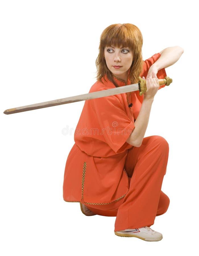 La donna fa l'esercitazione con la spada fotografia stock