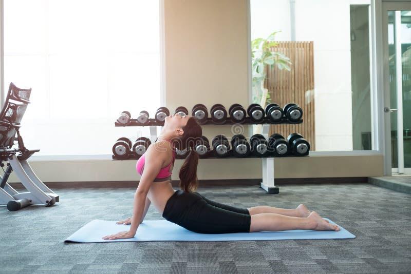 La donna fa l'yoga immagine stock