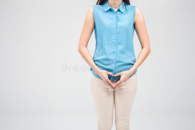 La donna fa la forma del cuore della mano sulle sue parti riservate con le sue mani, fotografia stock libera da diritti