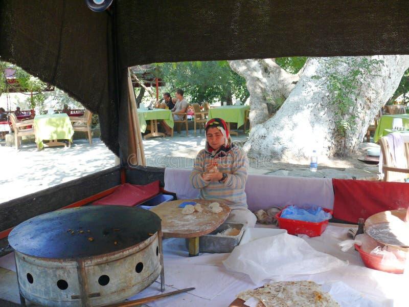 La donna fa un pasto tradizionale immagine stock
