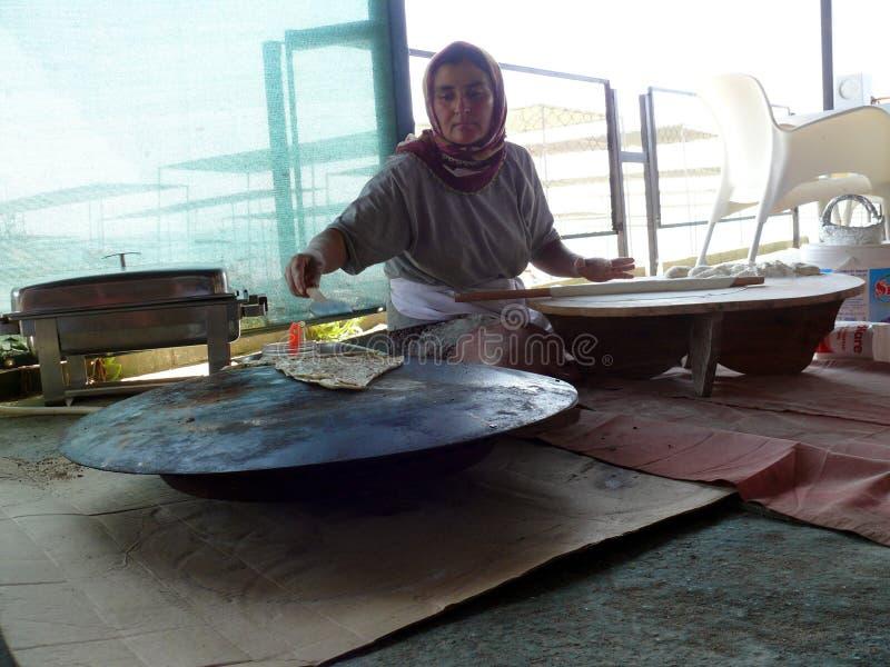La donna fa un pasto tradizionale fotografia stock libera da diritti