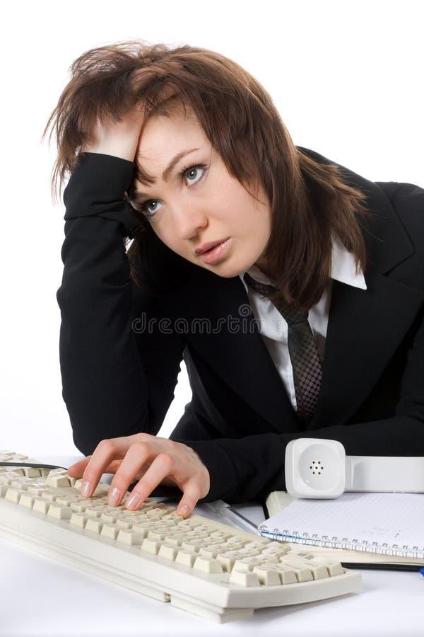 La donna faticosa di affari lavora al calcolatore fotografia stock libera da diritti