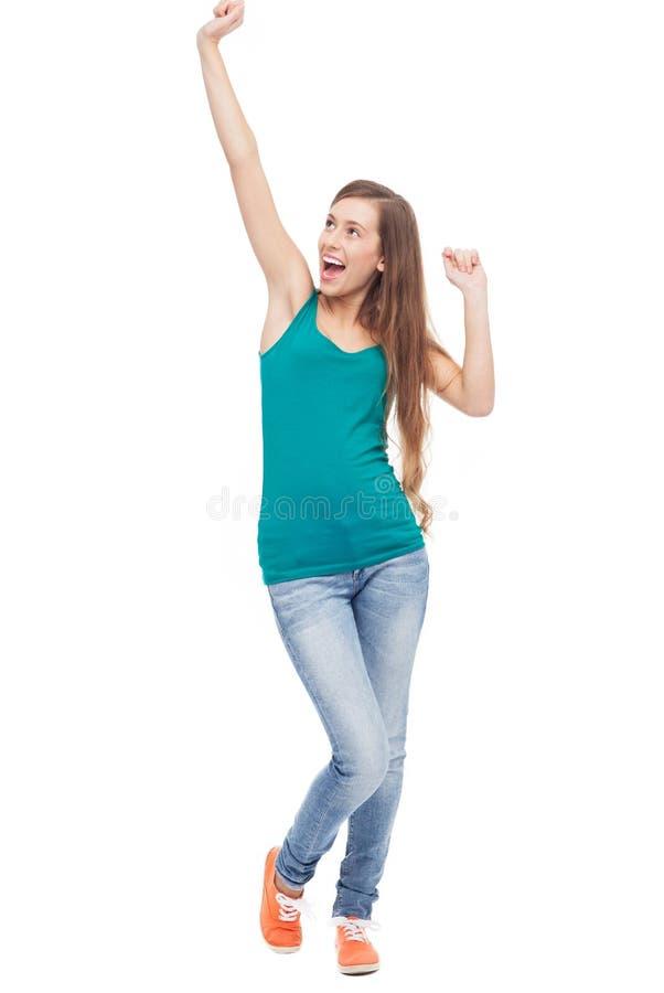 La donna felice con le braccia si è alzata