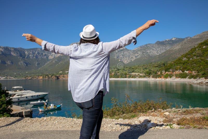La donna felice del viaggiatore gode del suo tempo di vacanza della molla nel villaggio di Kiparissi Lakonia, il Peloponneso, la  fotografia stock