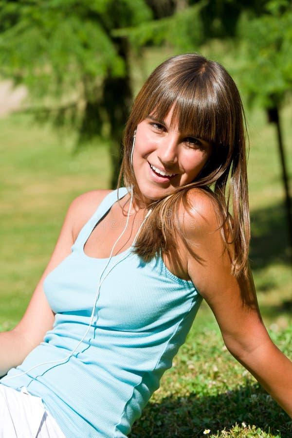La donna felice gode del sole in sosta immagini stock